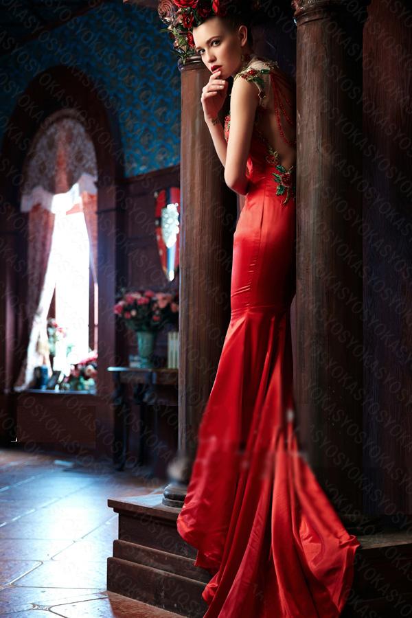 精緻なシルバー装飾を施されたカラードレス